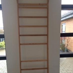 """Gymnastikribbe til montering på væg. Der mangler en """"ribbe/stang"""")  • Materiale: Fyrretræ. • H. 225 x B. 70 x D. 20 cm.  Der mangler et enkelt trin. Afhentes i 6710."""