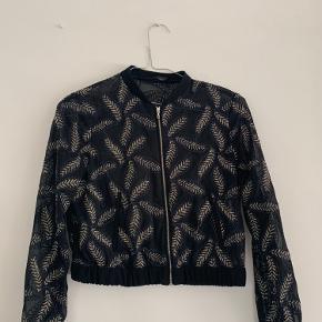 See through jakke med et rigtig fint broderet mønster. Stort set som ny
