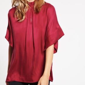 Sælger denne super flotte bluse fra selected femme. Aldrig brugt, stadig med prismærke. Får den simpelthen bare ikke brugt, så kan jo være der er nogle andre der kan få glæde af den. Er åben for bud, men må også gerne være realistisk, da nypris er 699,95kr 🌸