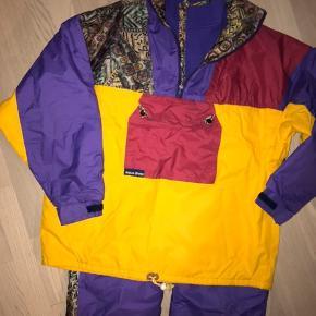 Virkelig lækkert skitøj i bedste kvalitet fra Aqua Dress.  Næsten som nyt ! Jakke str.L Bukser L Oprindelig pris 2200 kr.