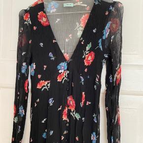 Virkelig fin kjole. Har været på to gange og fremstår som ny. Str. 4 i US size. Passer en XS eller S :)