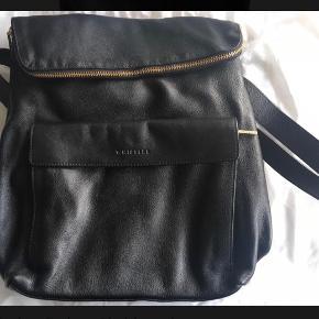 Varetype: Verity Backbag Størrelse: Stor Farve: Sort Oprindelig købspris: 2800 kr.  ALDRIG BRUGT, STADIG I DUSTBAG - BYTTER IKKE  Generelt: Hvis I ønsker mine ting sendt som forsikret pakke og/eller i boblekuvert/æske, så oplys venligst dette, så det kan lægges oveni prisen.