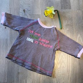 Sød bluse med brune og lyserøde striber. Fra røgfrit- og dyrefrit hjem, og vasket uden brug af parfume. Vasket på skåneprogram.