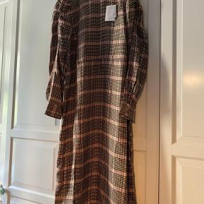 Super fin kjole fra Second Female, aldrig brugt. Går til ca midt på skinnebenet