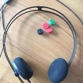 Aiaiai hovedtelefoner, med tre forskellige farver knapper og dustbag. Har en lille smule slid i form af at noget af malingen er slidt af på stellet.