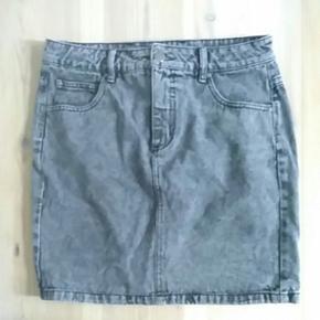 """Nederdel i """"stonewash"""". Nederdelen måler 47 cm fra top til bund og er str. 40."""