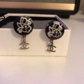 Meget smukke øreringe fra Chanel. Har ikke kvittering, da jeg har fået dem i gave, men står 100% inde for ægtheden.   Er i rigtig rigtig god stand, selvom de har været brugt nogle gange. Pris er 1900 kr, men er bestemt åben for bud. Æske medfølger.