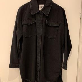 Skjorte-jakke fra ZARA sælges.  Oversize i pasformen, passer flere størrelser. Brugt 1 gang, er som ny. Bytter ikke