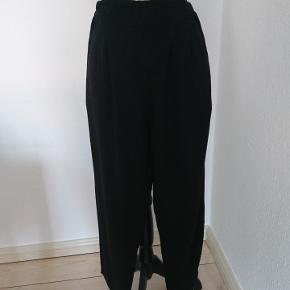 Bløde sorte bukser med elastik i taljen. Ingen brugstegn.