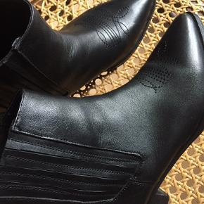 Lækre cowboy inspireret læderstøvler.  Jeg har kun brugt dem få gange, men må indse at de er for smalle til mine fødder.   Str. 39, men da det er en smal model kan en str 38,5 måske også passe dem.