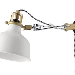 2 stk Renarp væg/klem-lamper fra IKEA inkl 2 pærer! Aldrig brugt og det hele er stadig i æsker.