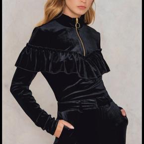 Lækker velour bluse Np: 1000  Fejler intet • • • • • Nederdelen fra Coster Copenhagen på de sidste billeder er også til salg. Køb sættet og få mængderabat. Find nederdelens annonce på min profil💫💫