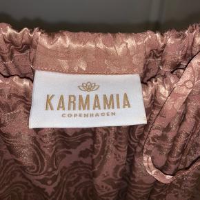 Smukkeste top fra Karmamia, brugt 2-3 gange og fitter XS/S/M (nok også L)