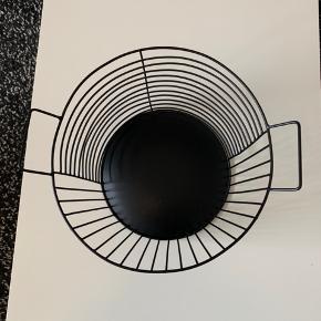 Flot sort kurv fra H&M home. Den er brugt og har almindelige brugsspor. Det kan hentes I Aalborg C.