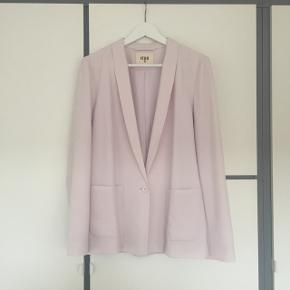 Sælger denne smukke blazer fra Envii da jeg ikke får den brugt. Den er kun brugt få gange, og er i den smukkeste sarte lyserøde farve.
