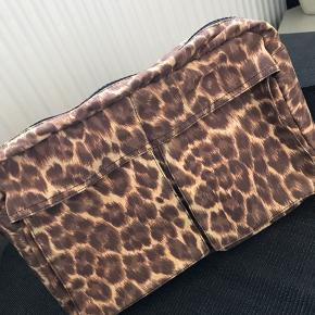 Tasken måler: Længde: 27 cm.  Bredde: 19 cm.  Dybde: 9 cm.