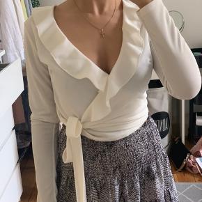 Fin hvid binde bluse 🕊 fin stand -byd🤍 køber betaler selv fragt📦
