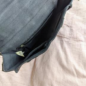Sort lædertaske. Brugt men stadig god stand. Mål: h: 21 b: 24