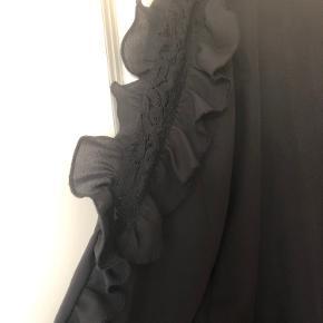 Sælger denne fine bluse med flotte blonde detaljer på siderne 🌸 Str. M Den er brugt, men ikke noget man kan se overhovedet.