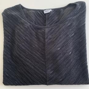 Super fin sort bluse i lækkert rillet kvalitet i L/XL. Ser ud som ny.