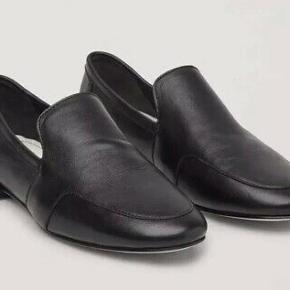 Fineste 'Soft Leather loafers' fra Cos i sort blødt skind. Brugt 2 gange.  BYTTER IKKE!  #secondchancesummer   Bud er bindende, og jeg giver rabat ved køb af flere ting. Byd gerne med TS' system.
