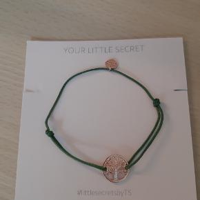 """Super fint armbånd fra Thomas Sabo. """"Kæden"""" er i army grøn med livets træ vedhæng i rosa-guld med små sten og et lille hjerte som extra vedhæng. Justerbar."""