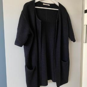 Kraftig strikket lang cardigan
