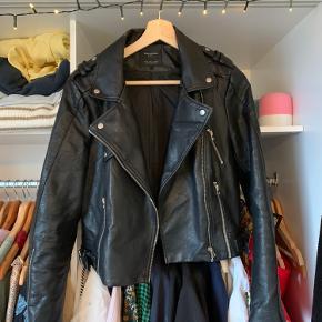 Jeg sælger min læderjakke fra ZARA 💛 den fitter str. m / stor s ❤️❤️