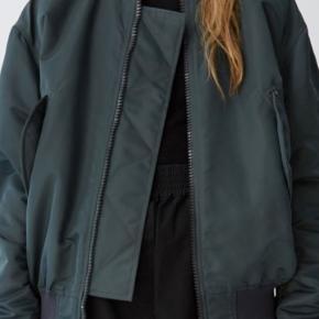 Jeg sælger split ny Acne pilot jakke , den er prøvet indendørs og derfor sælges som ny købspris i magasin 3400kr