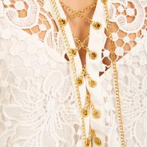 Den smukkeste blondekjole fra Michael Kors i str M.   Ny med tags.   Nypris omkring kr 2600,-  En enkelt lille tråd er lidt løs, se billede.  Kan nemt fixes af syerske.   Pris kr 800,-