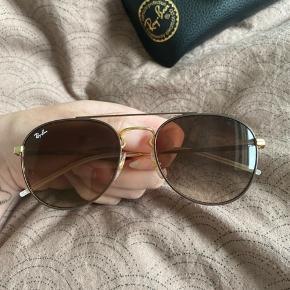 Sælger disse solbriller. Købt i februar i USA. Har kun prøvet dem på, og må bare indrømme at jeg ikke får dem brugt :) Nyprisen var omkring 1450 ,- min mindesten pris er på 1250 ,- da de aldrig har været brugt og intet fejler