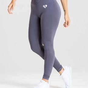 Sæt fra Womans Best. Sports top/BH i str M og seamless power tights i str M. Squatproof. Sælger kun da jeg skal have et nr større. 😊 299 pp for sættet.  Bytter ikke.. sælges samlet
