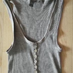 Varetype: Top Størrelse: L/XL Farve: Grå  Dejlig Top - God stand.  Materiale: Silke + Bomuld   Nypris: 400, - Sælges for 95,- (+ porto)