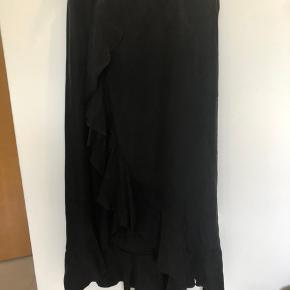 Skønneste nederdel med elastik i taljen. Brugt få gange. Ny pris kr 900