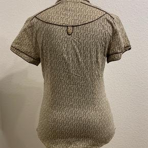 Fin kortærmet skjorte fra Mango med fine detaljer i et fint mønster (særligt når msn kommer lidt tættere på)☺️ skjorten er figursyet og har knapper hele vejen op til halsen. Skriv hvis du ønsker mere præcise mål eller andre detaljer🤩