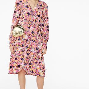 Helt ny mega fin slå om kjole fra Monki. NP 300  Byd