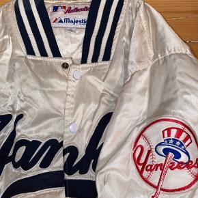 Vintage College jakke i str. medium (mens) fra. Yankees (amerikansk fodbold). Hvid og navyblå. Meget velholdt - er købt i USA for flere år siden.