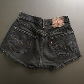 Jeg sælger disse fede shorts fra Levi's, str. W:29, L: 32. De er brugt få gange. Nypris: 375kr.