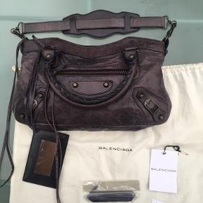 Balenciaga first (lille model) i mega god stand, den har næsten ikke hvert brugt og er simpelhen for lækker en taske. Jeg har dustbag, skulderrem, spejl, ekstra tesels og tags til den.   Taske: W33cm x H17.5cm x D6.5cm Håndtag :36cm Skulderrem: 52cm  Skam bud frabedes. 🙂