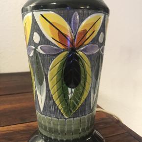 Skøn svensk keramik bordlampe fra Tilgmans. Flot mønster i klare farver. Lampen er hel og fin, ingen afslag eller andre bemærkninger, og selvfølgelig er den  funktionsdygtig. Højden incl. fatning 29 cm og omkredsen på det bredeste sted også 29 cm.