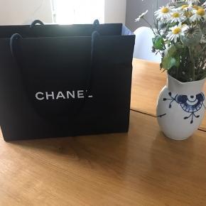 Jeg overvejer at sælge denne fine Chanel boy Woc taske, købt i Dubai. Udsolgt alle steder og er kun blevet brugt max 10 gange. Sælges kun hvis den rette pris bliver opnået.