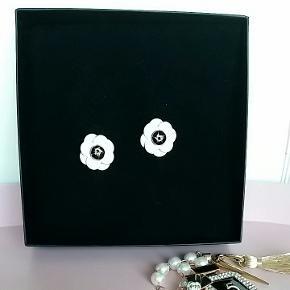 Ny- Ligner Chanel blomsten flot kvalitet - ørestikker ca. 2 cm str. blomsterne har flot guld kant. -Titanium /stål. Inkl. Porto