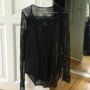 Day / Birger Mikkelsen - str. S  Rigtig fin skjorte med blonde ærmer  Let gennemsigtig.  Standen er som ny, kun brugt én gang. Sælger da jeg ikke bruger den. Nypris 600kr. Sælges for 300kr.