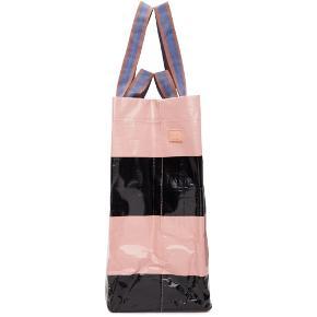- pris er inkl fragt 🌍  Dejlig, holdbar taske fra Acne 💌🎡  Ideel som skole- eller weekend taske!  Mega pæn og i super stand- med ubetydelige brugsspor ved hjørnerne, som man ikke ser og kappen virker ikke da den ene del af øverste knap er væk ☺️   (kan nok godt fikses ved køb af ny knap)   Bredde 39.8cm Længde 37cm  • For hver item solgt sørger jeg for at handlen bliver CO2 neutral 🌳 - tilbyder mængde rabat ;)