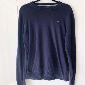 Sweater fra Tommy Hilfiger sælges  Str L Brugt og dermed sælges billigt  Mp 75kr