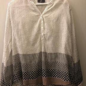 Varetype: Langærmet Farve: Hvid, Brun, Sort Oprindelig købspris: 599 kr.  Rigtig fin skjorte med dejligt print. Brugt og vasket to gange.