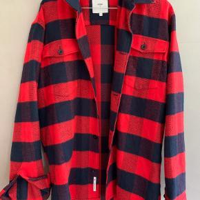 Dejlig rød og sort skjorte fra minimum.
