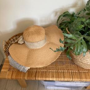 Rigtig dejlig stråhat med stor skygge til strand og sommer.  Ved køb af flere ting giver jeg naturligvis et godt tilbud på prisen - se evt. mine øvrige annoncer.