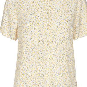 Hvid bluse med gul print. Stadig med mærke. Nypris 250. Sælges grundet fejlkøb.