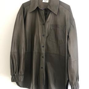 Læderskjorte/jakke i str.34, men stor i størrelsen. Passer også en str.36-38.  Aldrig brugt.  Sælger kun til prisen.